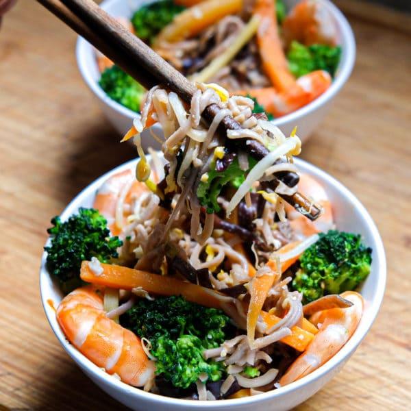 nouilles wok de légumes crevettes